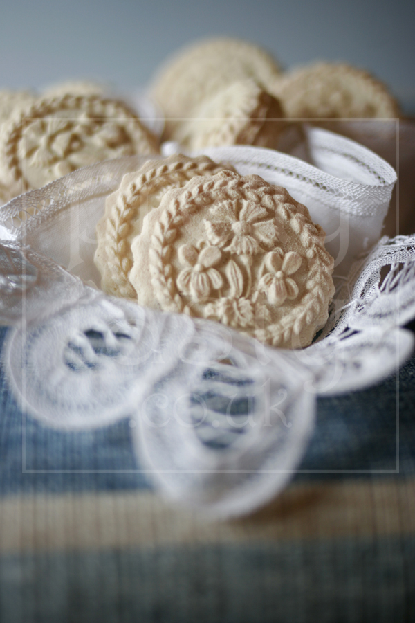 Swiss Biscuits - Flowers wedding favours by pretty tasty UK